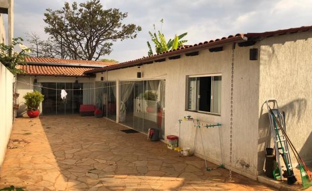RVL IMOVEIS DISPONIBILIZA PARA VENDA IMEDIATA CASA SIMPLES NA RUA 10 B SENDO 3 QUARTOS DUAS SUITES SALA COZINHA COM CHURRASQUEIRA AREA DE SERVIÇO QUINTAL CONDOMINIO FECHADO 61- 984078544